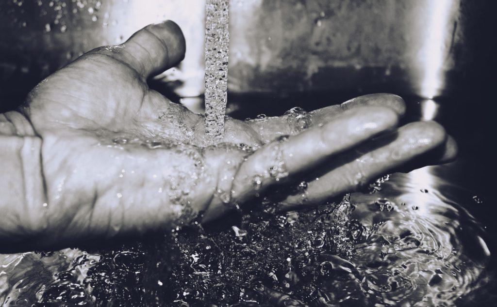 zdjęcie dłoni w wodzie